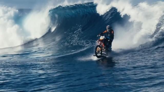 موج سواری با موتورسیکلت در تاهیتی