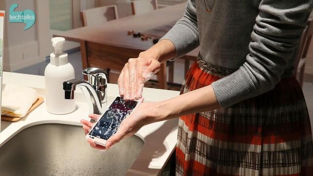 گوشی ای که با آب و صابون تمیز میشود
